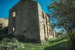 Verlassenes altes Haus in den Ruinen im Bergdorf lizenzfreie stockbilder