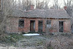 Verlassenes altes Haus in einem Berg ohne Fenster und Türen Das Dach fällt auseinander stockfotografie