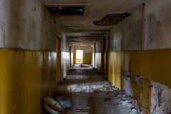 Verlassenes altes Haus nach innen stockfotografie