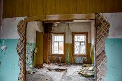 Verlassenes altes Haus nach innen lizenzfreie stockfotografie