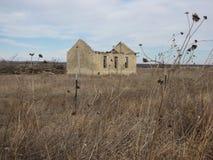 verlassenes altes Kalksteinhaus, das verlor sein Dach Stockfotos