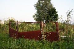 Verlassenes altes rostiges Tor auf Ödland Stockbild