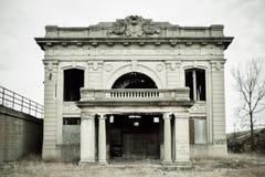 Verlassenes aufgegebenes Gebäude der Bahnstation an einem bewölkten Tag Stockfotos