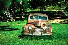 Verlassenes Auto in der Natur Lizenzfreie Stockfotos