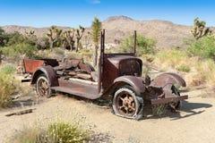 Verlassenes Auto in der Wüste Stockfotografie