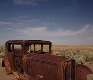 Verlassenes Auto in der Wüste Stockbild