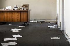 Verlassenes Büro in einer Verwirrung Stockfoto