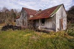 Verlassenes Bauernhaus mit verrostetem Tin Roof Stockbilder