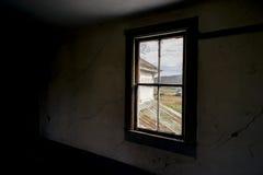 Verlassenes Bauernhaus mit Weinlese Windows Stockbild