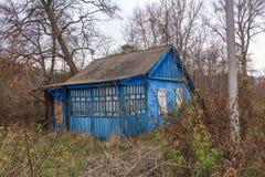 Verlassenes blaues Haus Stockfotos