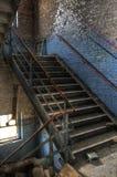 Verlassenes blaues Treppenhaus lizenzfreies stockbild