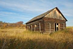 Verlassenes Blockhaus auf einem hiilside Stockfotos