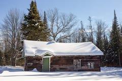 Verlassenes Blockhaus im Winter-Holz Lizenzfreie Stockbilder