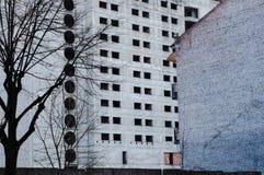 Verlassenes blockiertes enormes graues Gebäude Lizenzfreie Stockfotos