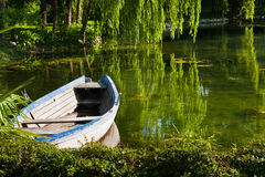 Verlassenes Boot auf dem See Stockfoto