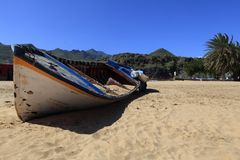 Verlassenes Boot auf Strand Stockfotos
