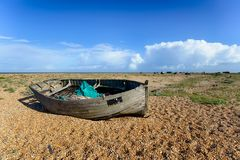 Verlassenes Boot bei Dungeness Stockfotos