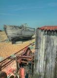 Verlassenes Boot, Hütte und Maschinerie stockbild