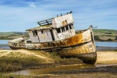 Verlassenes Boot in Nord-Kalifornien stockbild