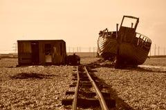 Verlassenes Boot, Schienenstrang und Hütte auf Strand Stockbilder