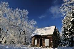Verlassenes Bretterbude im Ackerland mit Winterschnee Stockbild