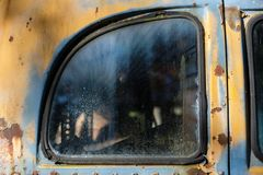 Verlassenes Bus-Fenster stockfotos