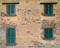 Verlassenes countryhouse mit hölzernen Fenstern stockbild