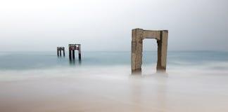 Verlassenes Davenport Pier Beach stockbilder