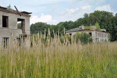 Verlassenes Dorf mit zweistöckigen Backsteinbauten Stockfotos