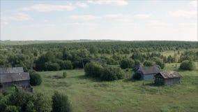 Verlassenes Dorf in Russland Alte Holzhäuser, genommen vom Brummen stock video footage