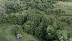 Verlassenes Dorf in Russland Das alte Dorf wird zerstört Altes verlassenes Dorf in Russland, genommen von einer Höhe stock footage