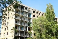 Verlassenes ehemaliges mehrstöckiges Wohngebäude Russland, die Stadt von Saratow Lizenzfreies Stockfoto