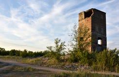 Verlassenes Fabrikgebäude, zerstörter Turm lizenzfreies stockbild
