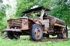 Verlassenes Fahrzeug in einem Park Stockfotos