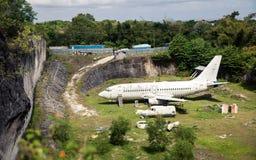 Verlassenes Flugzeug, alte zerschmetterte Flugzeugwrackgefahrentouristenattraktion gelegen auf Straße von Kuta Stockfotografie