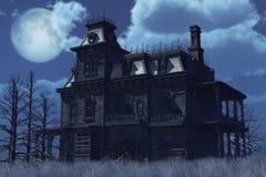 Verlassenes frequentiertes Haus im Mondschein Stockbilder