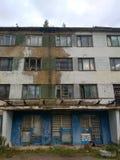 Verlassenes Gebäude - apokalyptische Landschaft des Beitrags Stockfotos