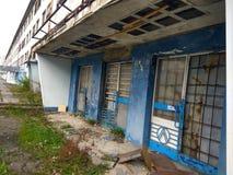 Verlassenes Gebäude - apokalyptische Landschaft des Beitrags Stockbilder