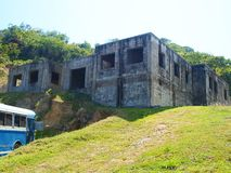 Verlassenes Gebäude auf einem Hügel stockfotografie