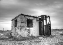 Verlassenes Gebäude auf Strand lizenzfreies stockbild