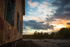 Verlassenes Gebäude bei Sonnenuntergang Stockfotos