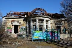 Verlassenes Gebäude in der Heilig-Petesburgstadt Stockbild