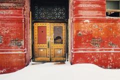 Verlassenes Gebäude mit dekorativer Metalltür Stockbild