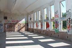 Verlassenes Gebäude mit Graffiti stockfotografie