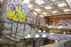 Verlassenes Gebäude mit Graffiti lizenzfreie stockbilder