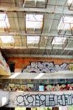 Verlassenes Gebäude mit Graffiti lizenzfreie stockfotos