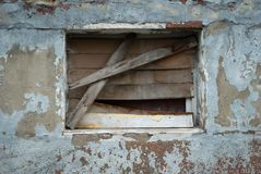 Verlassenes Gebäude, Ruinen, zerbrochene Fensterscheibe, Fenster verstopft lizenzfreie stockfotografie