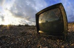 Verlassenes gebrochenes Fernsehen Stockfoto