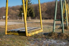 Verlassenes gelbes Schwingen Stockfoto
