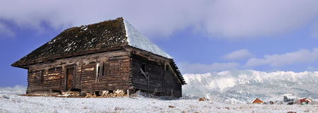 Verlassenes Häuschen mit Bergen im Hintergrund Lizenzfreies Stockbild